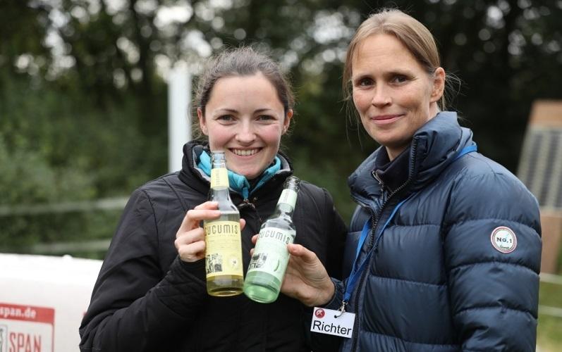 Elena Rodriquez und Turnierrichterin Janine Weber mit CUCUMIS