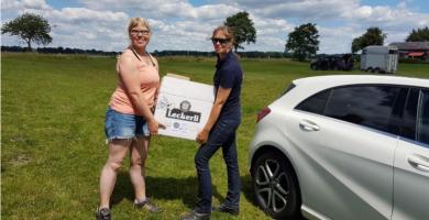 Hanna Eyler von Salvana und Janine Weber von Reitsport SPC bei Übergabe